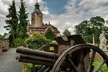 Zámek (hrad) Czocha leží pár kilometrů od hranic frýdlantského výběžku, kousek od města Leśna, na břehu Leśnianské přehrady na řece Kwise.
