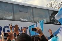 Vítání stříbrných hrdinů doma: Autobus s fotbalisty Argentiny
