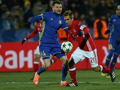 Kapitán Bayernu Philipp Lahm (v červeném) během zápasu v Rostově.