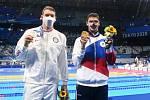 Americký plavec Ryan Murphy (vlevo) těžce nesl, že ho porazil Rus Jevgenij Rylov (vpravo).