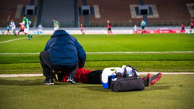 Během fotbalových utkání může dojít k vážnému zranění. Objevily se i případy hráčů, kteří přímo na hřišti zkolabovali a následně zemřeli.