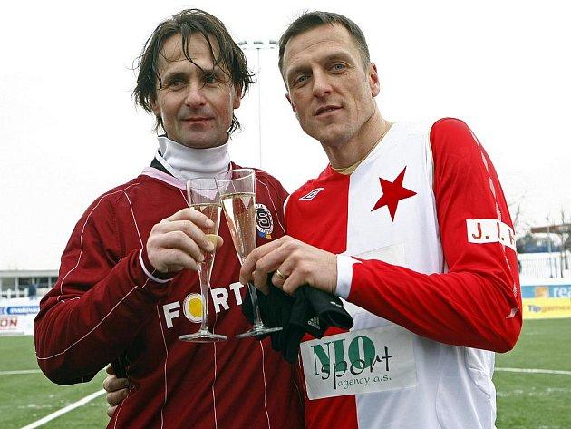 Jiří Novotný ze Sparty (vlevo) si po silvestrovském derby připíjí s Lubošem Kozlem ze Slavie.