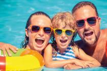 Rodina v bazénu