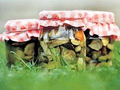 VYLEPŠENÍ. Do každé skleničky s houbami můžete přidat čerstvou papriku a cibuli.
