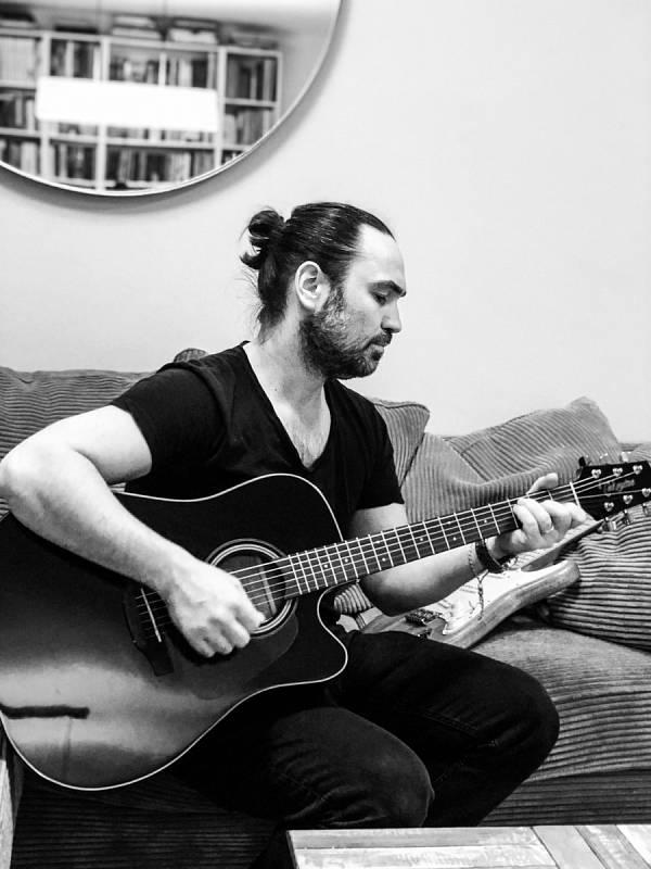 Koníčkem Bisera Arichteva je také hudba.