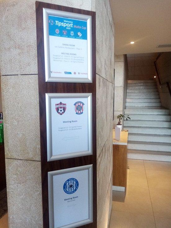 Fotbalový turnaj na Maltě: v hotelu Salini, kde bydlí fotbalisté