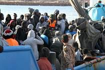 Italská policie ve Středozemním moři u Sicílie zachránila další stovku běženců, kteří strávili na cestě k evropským břehům 12 dní, z toho poslední dva dny bez jídla a vody.