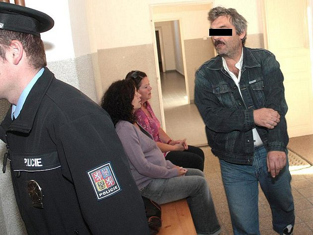 Okresní soud v Kolíně neshledal v úterý 7. září 2010 důvody k dání do vazby dvaačtyřicetiletého muže z Kolínska. Ten v sobotu srazil chodce, který na místě zemřel. Policie řidiči naměřila přes dvě promile alkoholu, navíc předtím už jednou havaroval.