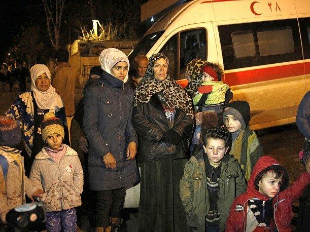 Lidé v obklíčené Madáji čekají na evakuaci.