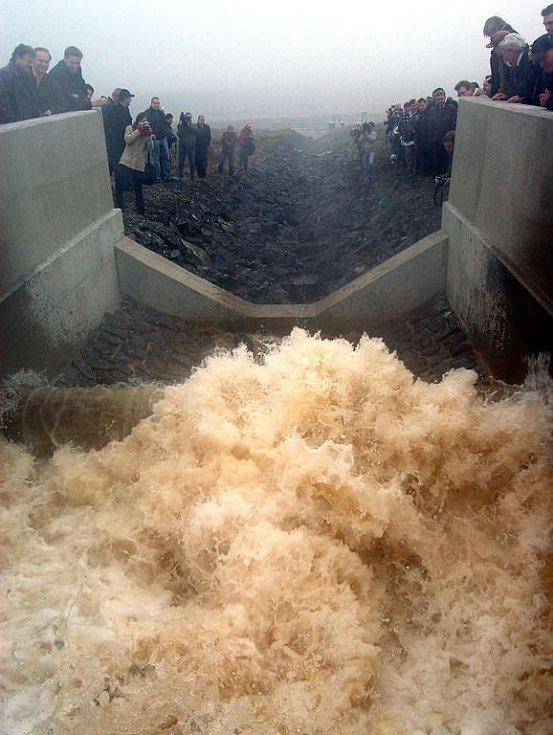 Zbytková jáma Lomu Ležáky se napouští vodou z řeky Ohře podzemním přivaděčem z průmyslového vodovodu Nechranice, který má podle expertů vysoce kvalitní vodu