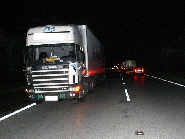 Střet kamionu se dvěma chodci v Ostravě skončil dnes v noci tragédií.