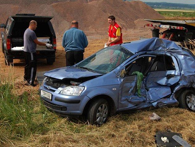 Střetl nákladního vozu s osobním autem u Roudnice na Hradecku si vyžádal jeden lidský život..
