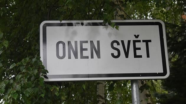 Osady Šukačka a Onen svět na Šumavě. Na jednom ze snímků je dlouholetý obyvatel Onoho světa Jan Vileta.