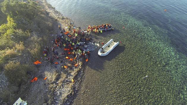 Migranti na ostrově. Ilustrační snímek