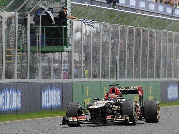 Fin Kimi Räikkönen z Lotusu protíná pomyslnou cílovou pásku.