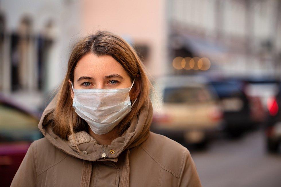 Na roušku si museli v době koronaviru zvyknout lidé po celém světě.