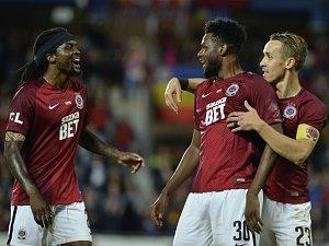 Benjamin Tetteh, Costa Nhamoinesu a Josef Šural se radují z vítězství svého celku. Sparta doma porazila Liberec 4:1.