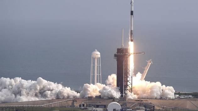 Raketa Falcon 9 společnosti SpaceX během testu záchranného systému