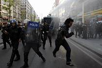 Turecká policie rozhání demonstranty vodními děly