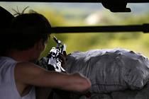 Ozbrojený separatista hlídá zátarasy na silnici vedoucí do Slavjanska.