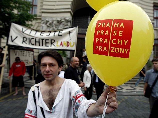 Několik desítek umělců z pražských divadel demonstrovalo před budovou magistrátu na Mariánském náměstí