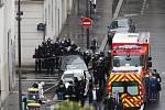 Policisté na místě útoku nedaleko bývalé redakce satirického týdeníku Charlie Hebdo v Paříži
