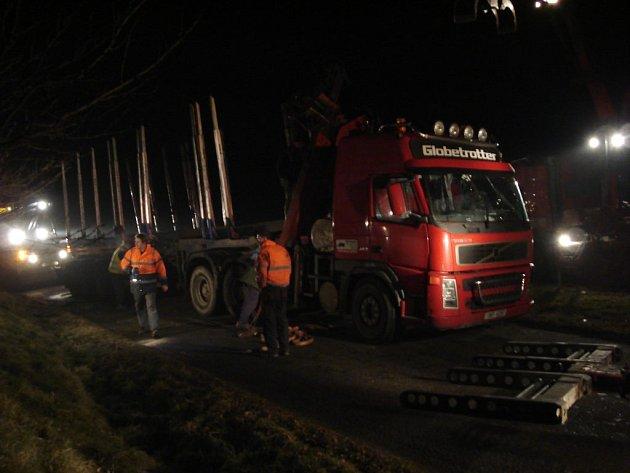 Vyprošťování kamionu u Žeranovic na Kroměřížsku znepříjemnila zima i špatná viditelnost.