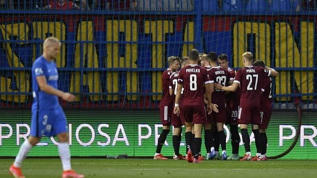 Fotbalisté Sparty se radují z gólu na hřišti Liberce.