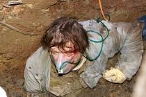 V areálu Nemocnice Chrudim došlo k sesunutí výkopu a zasypání stavebního dělníka.