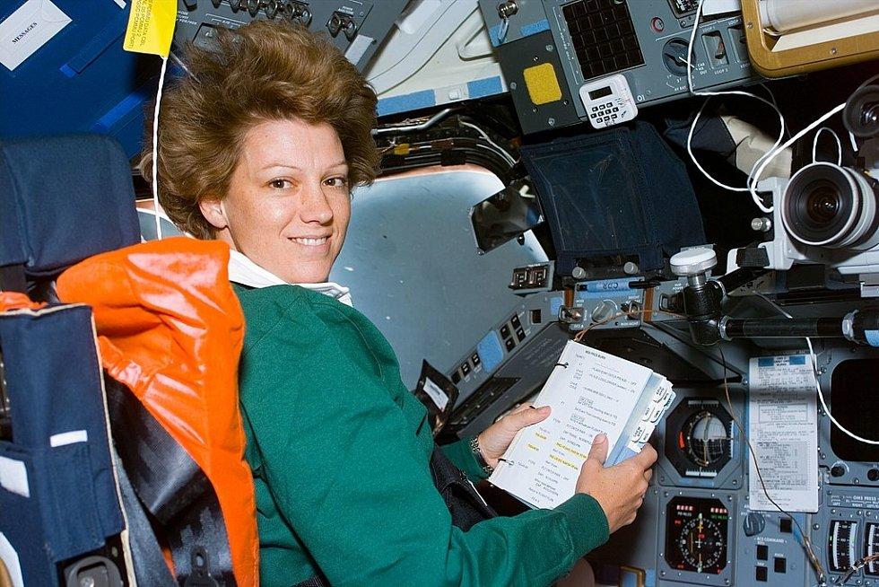 Eileen Collinsová na místě velitele raketoplánu. Snímek pochází z její vůbec první mise v této pozici. Velela raketoplánu Columbia.