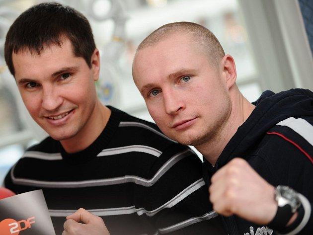 Ukrajinský boxer Sergej Dzinziruk a vyzyvatel Lukáš Konečný (vpravo).