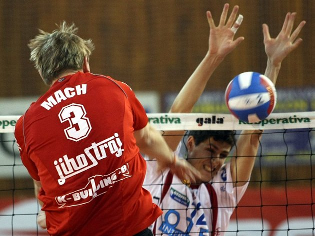 Jihostroj porazil Liberec. Na snímku hostující Mach útočí do připravených bloků Veselého.