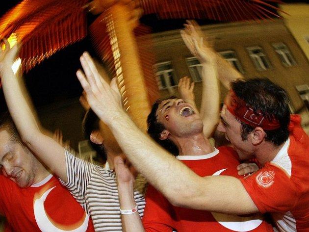 Mohutné oslavy Turků po vyhraném dramatickém čtvrtfinále proti Chorvatsku se neobešly bez následků.