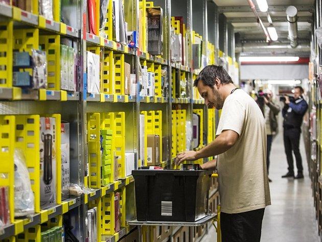 Sklad amerického internetového obchodu Amazon v Dobrovízi u Prahy zahájil 8. září plný provoz.