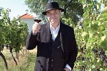 NA VINOBRANÍ. Jezdili jsme na Valašsko, na jižní Moravu kvůli vínu, senoseči, dožínkám… Vůbec jsme se víc pohybovali po Moravě, protože řada zvyků je opřená o křesťanství, říká Miroslav Táborský.