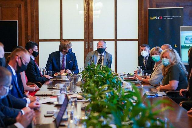 Dosavadní ministr zdravotnictví Adam Vojtěch, nastupující Roman Prymula a premiér Andrej Babiš