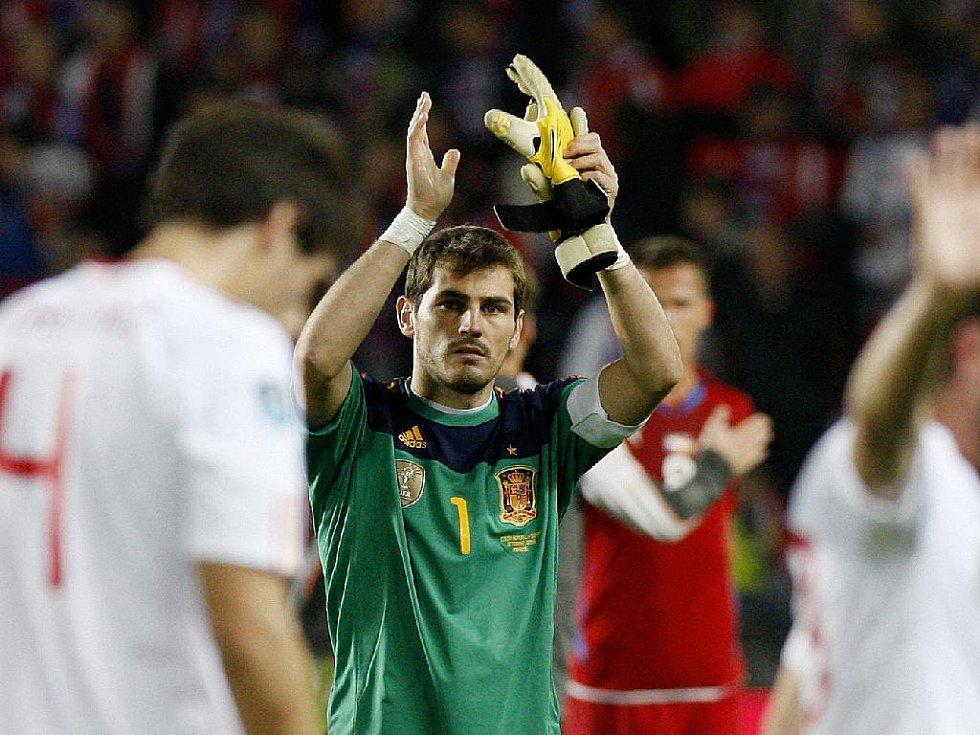Brankář Španělska Iker Casillas děkuje fanouškům za podporu.