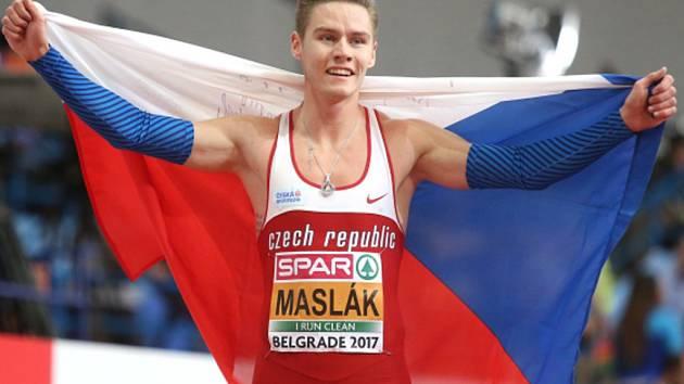 Pavel Maslák se raduje z titulu halového mistra Evropy.