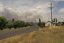 Sucho na australském venkově. V pozadí se valí dým z požárů