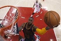 Hvězdný LeBron James z Clevelandu se prosazuje proti Atlantě.
