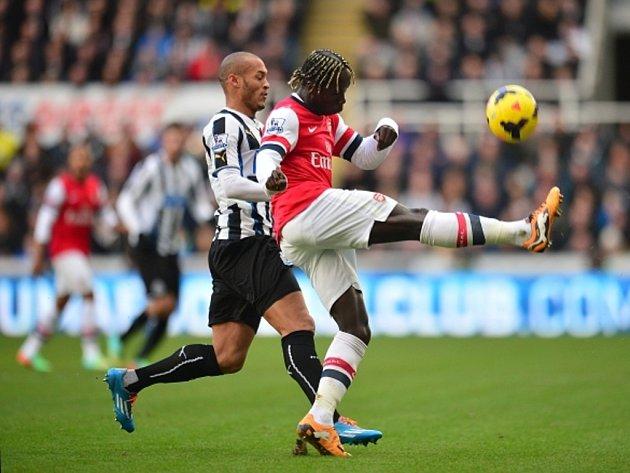 Bacary Sagna z Arsenalu (vpravo) si zpracovává míč před Yoanem Gouffranem z Newcastlu.