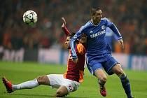 Fernando Torres z Chelsea (vpravo) a Hakan Balta z Galatasaraye.