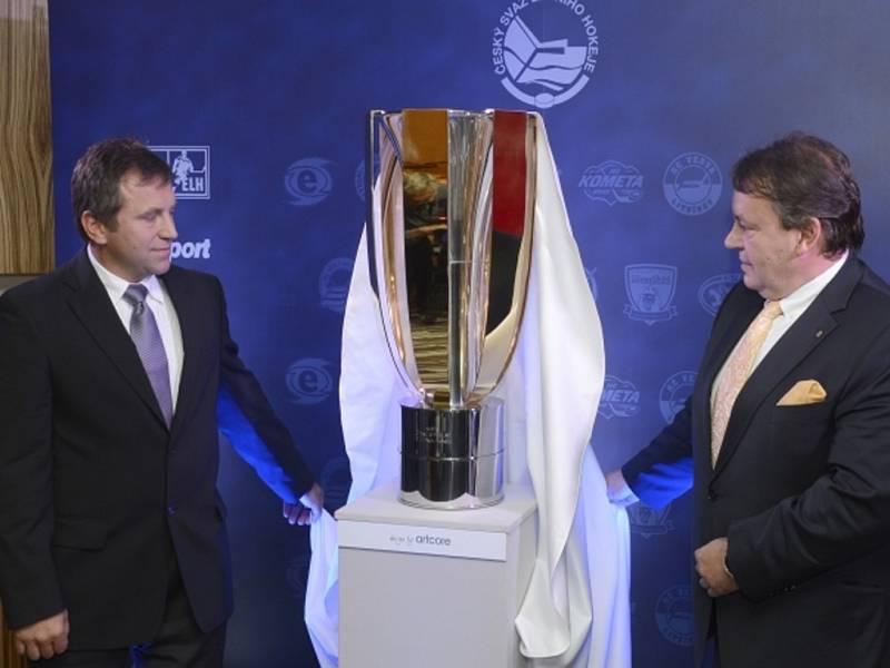 Prezident Českého svazu ledního hokeje Tomáš Král (vpravo) a ředitel hokejové extraligy Josef Řezníček představili Pohár T. G. Masaryka pro vítěze extraligy.
