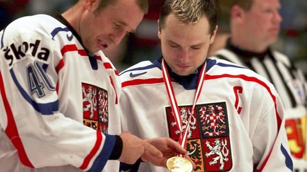 Kapitán David Výborný (vpravo) a Václav Prospal se zlatou medailí z MS ve Vídni.