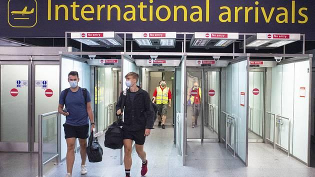 Cestující po příletu na letiště v britském Gatwicku (na snímku z 26. července 2020)