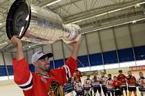 Obránce Chicaga Michal Rozsíval opět ukázal Vlašimi slavný Stanley Cup.
