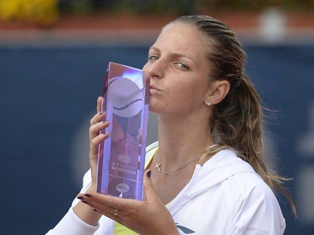 Karolína Plíšková s trofejí pro vítězku turnaje v Praze.