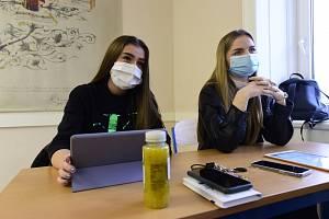 Studentky v rouškách při výuce na gymnáziu