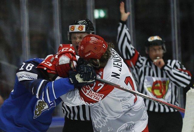 Finský hráč Saku Maenalanen v potyčce s Nicklase Jensenem z Dánska.