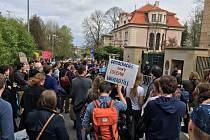 Na podporu budapešťské Středoevropské univerzity (CEU) demonstrovala 8. dubna před maďarským velvyslanectvím v Praze asi stovka lidí. Účastníci shromáždění podepisovali dopis premiérovi Viktoru Orbánovi, ve kterém nesouhlasí s omezováním zahraničních vzdě